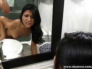 내 슬림 한 여자 친구가 화장실에있어.