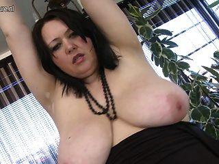 큰 slutty 엄마는 그녀의 젖은 음부와 놀고 사랑한다.
