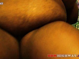 큰 가슴을 가진 뚱뚱한 흑단 bbw는 큰 검은 색 좆을 빨아 먹는다.