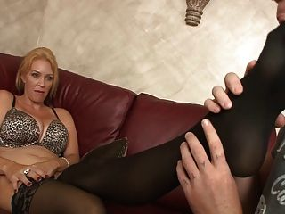 엄마의 처벌 (femdom, 구두 킁킁, 발 핥기)