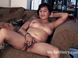 cowgirl lucy dutch strips 그녀의 몸을 즐긴다.