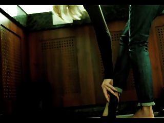 그녀의 발을 과시하는 다리가있는 pauline