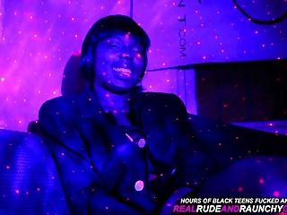 진짜 빈민굴 흑인 여자는 두건에서 재미있는 갱스 뱅을 즐긴다.