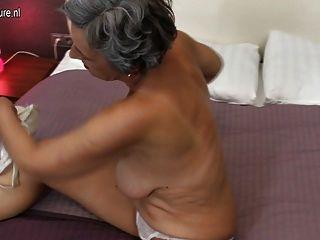 할머니와 섹스를 위해 배고픈 면도 된 음모