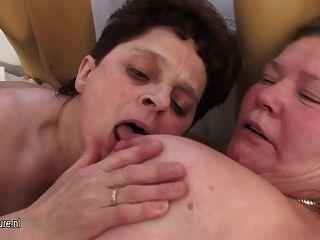 3 명의 성숙한 어머니는 1 명의 젊은 수탉을 나눕니다.