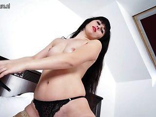 그녀의 침대에서 뜨거운 자위