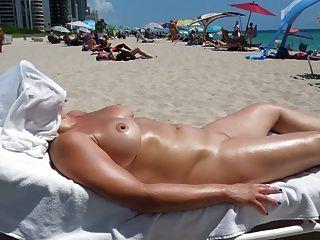 누드 해변에서 완벽한 가슴