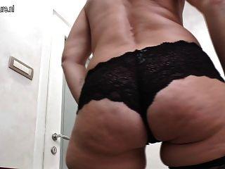 배고픈 엉덩이와 질에 성숙한 매춘부 엄마