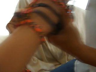 부끄러운 부자가되는 여자가 구두를 그녀의 $ 900 valentinos