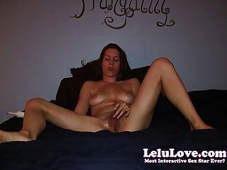 아마추어 소녀는 2 개의 발가락 오르가즘을 침대에서 자위한다!
