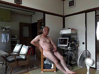 일본의 노인은 음경 정액을 자위하는 자위를 세웠다.