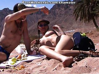 예쁜 소녀는 모래 해변에서 섹스를하고있다.