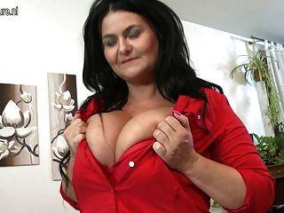 거대한 자연의 가슴을 가진 새로운 성숙한 포르노 스타 엄마