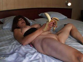 면도 한 성숙한 어머니는 바나나로 자위한다.