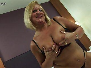 뜨거운 영국 할머니는 여전히 그녀의 성기를 섹스하는 것을 좋아합니다.