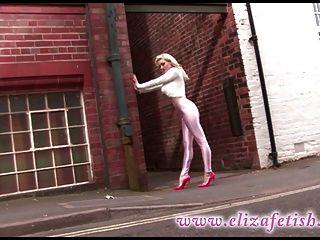 핑크색 디스코 팬츠와 지미 쵸이스를 착용 한 뜨거운 금발.