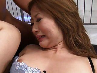화려한 갈색 머리에 그녀의 구멍을 채우는 3 명의 거물