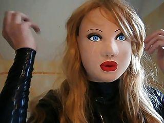 금발의 가발과 마스크 된 라텍스 인형