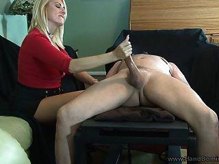 지배적 인 여인은 femdom handjob을 준다.