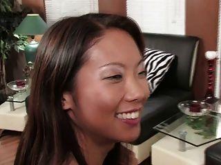 화려한 갈색 머리와 섹시한 아시아 공유 더블 딜도 (HD)
