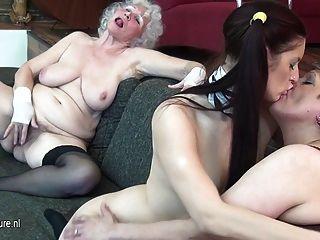 할머니는 어린 소녀와 성숙한 녀석을 엿 먹인다.