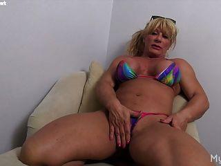 와일드 캣은 그녀의 큰 똥을 가지고 노는 것을 좋아합니다.