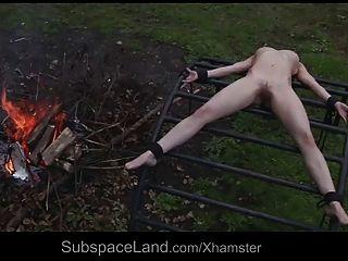 그녀의 주인에 의해 외부에 착취 된 날카로운 무력한 노예