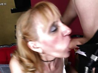 성숙한 매춘부 엄마는 소년에 의해 좆하고 얼굴을 가져옵니다.