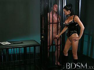 bdsm xxx muscular sub는 여주인에 의해 감금되고 굴욕 당한다.