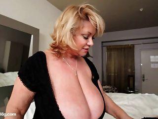 bbw cougar dildos 호텔 방에 섹시한 통통한 가슴 아픈 아기