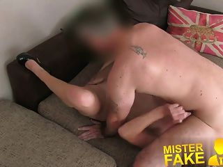 misterfake 성난 남편이 그의 아내를 망할 에이전트를 방해합니다.