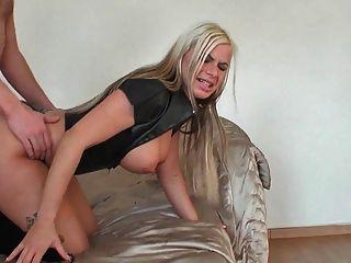 금발 라텍스 좋은 엉덩이와 엉덩이에 cumshot