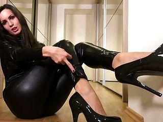 반짝이는 검은 고양이의 섹시한 베이비