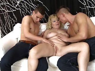 늙은 엄마가 콘돔없는 두 젊은 녀석 들아.