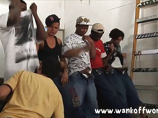 5 명의 흑인 친구들이 지방 청년을 강간한다.