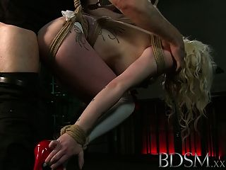 문신을 한 bdsm xxx 노예들은 일시 중지되어 정액으로 만들어집니다.
