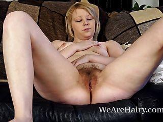 danniella는 그녀의 털이 많은 음부와 함께 소파에서 연극을한다.