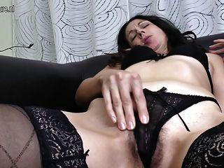 성숙한 어머니가 손가락으로 그녀의 엉덩이와 털이 많은 고양이를 성교