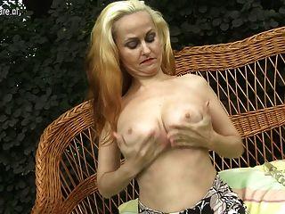 뜨거운 금발의 어머니가 그녀의 젖은 음부와 놀고