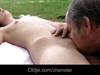 뚱뚱한 올드만과 젊은 갈색 머리 사춘기 씨발