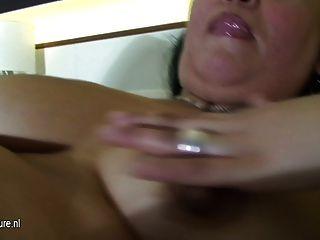 성숙한 매춘부 엄마와 그녀의 침대에서 딜도 라구 딜도와 재생