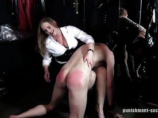 otk spankings 1 명의 장난 꾸러기 소년은 때려 눕힌다.