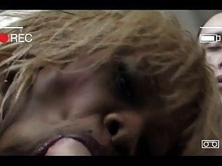프랑스의 금발 머리카락을 가진 검은 색 슬림 한 백인 소년