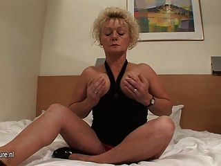 성숙한 젖은 성기는 하드 수탉을 필요로합니다.