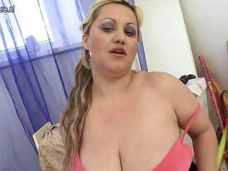 그녀의 젖은 음부와 놀고 거대한 가슴 알몸