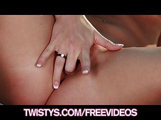 운명 딕슨은 그녀의 새로운 란제리에서 그녀의 육즙이 엉덩이를 보여줍니다.