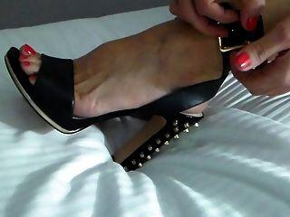 swinger 아내가 파티 밤에 신발을 신고합니다!