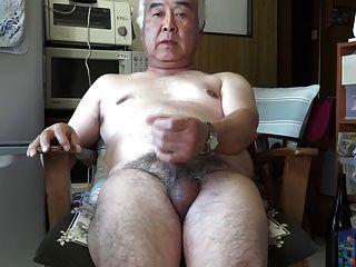 부엌에있는 일본 노인 자위 사정