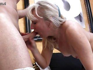 성숙한 엄마가 젊은 애호가와 항문 섹스를하게된다.