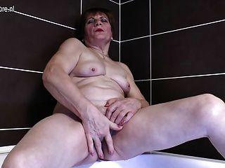 목욕탕에서 자위하는 더러운 할머니
